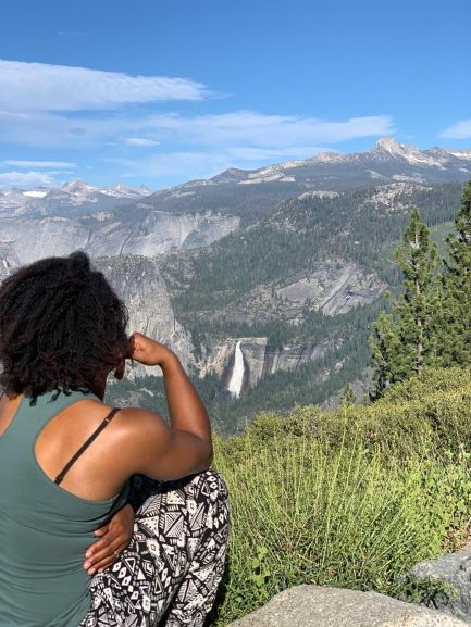 Shareen geniet van het uitzicht op vakantie